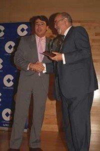 Emilio Ruiz Parra recibiendo el premio