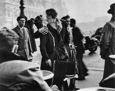 El beso en la Place de l'Hotel de Ville de Robert Doisneau