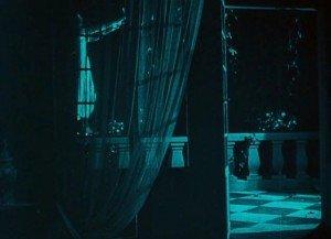Virado en azul oscuro para las escenas nocturnas