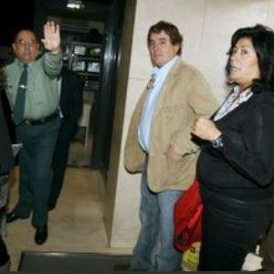 Luis García Montero junto a su esposa, Almudena Grandes, en su comparecencia en el juzgado