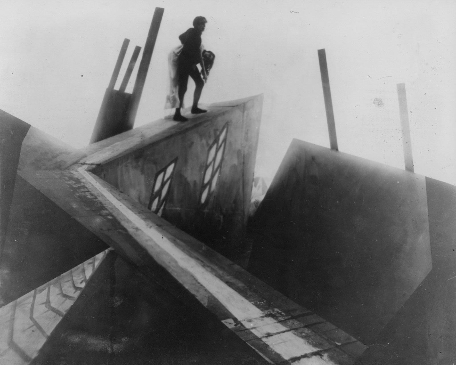 Magistrales fundidos a negro y planos angulados que aprovechará Nosferatu