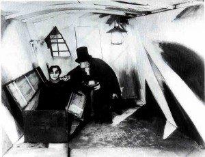 El doctor Caligari dando de comer a su criatura