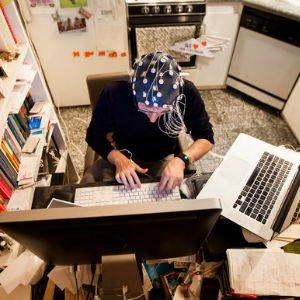 Arnón Grunberg escribiendo (por Michael Nagle)