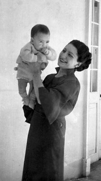 Mario Vargas Llosa, junto a Dora, su madre