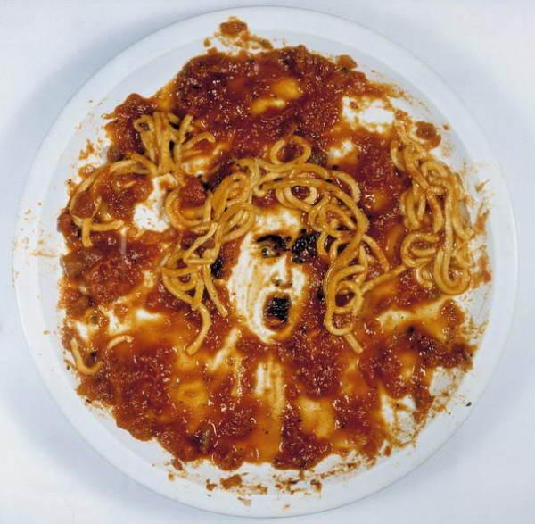 Medusa con espagueti y salsa