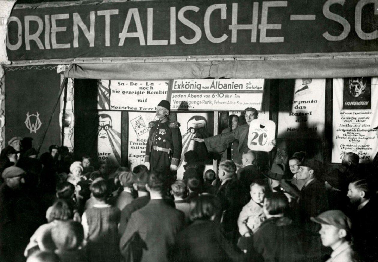 Otto Witte ataviado de gala en una feria en 1932