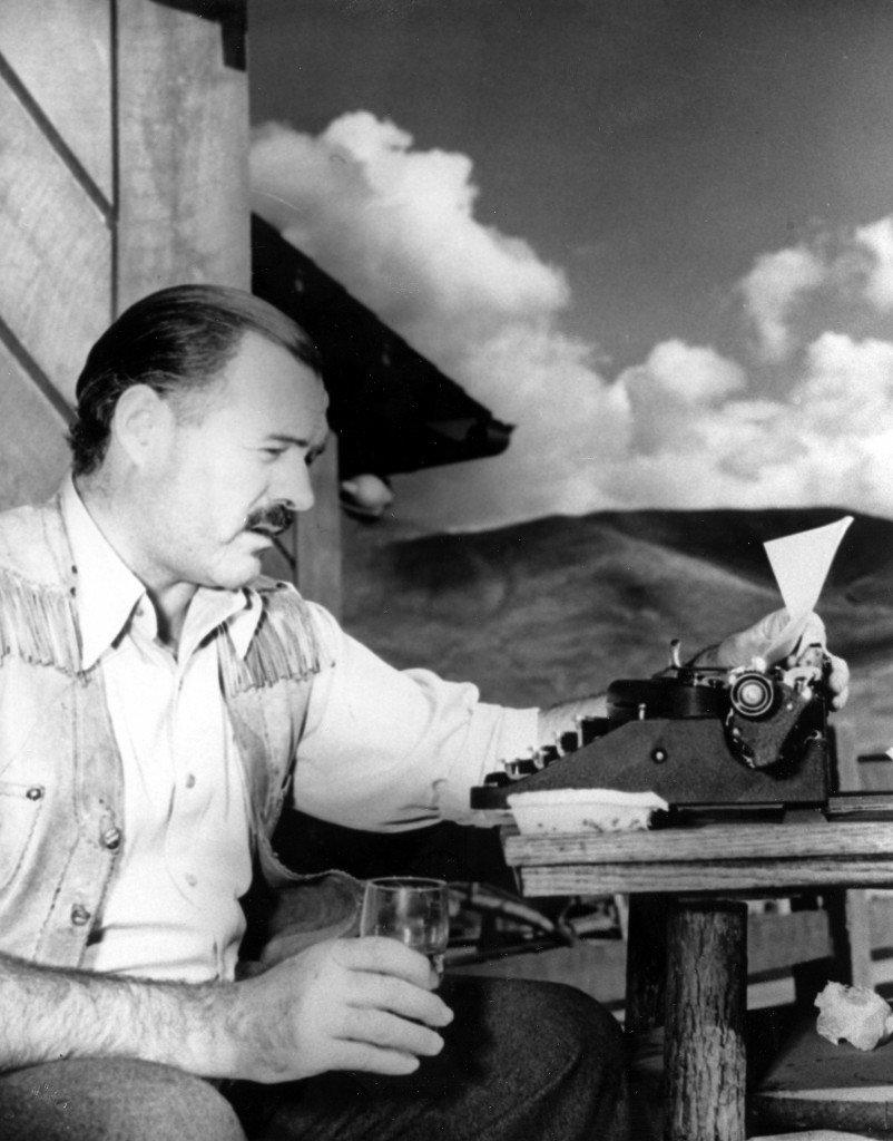 Hemingway escribiendo
