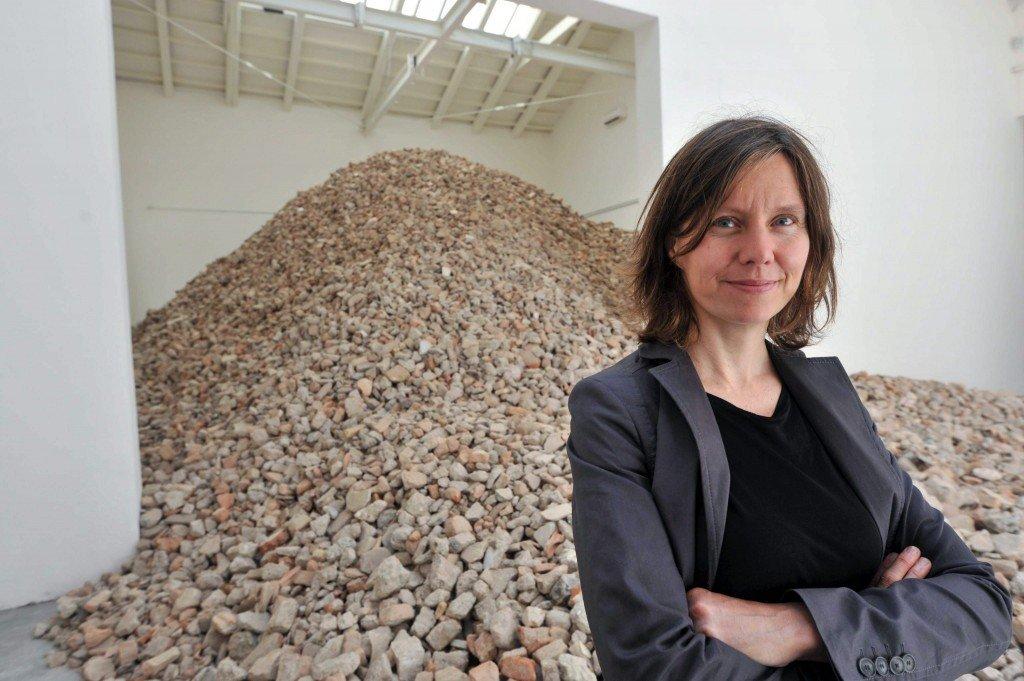Lara Almarcegui junto a su polémica instalación