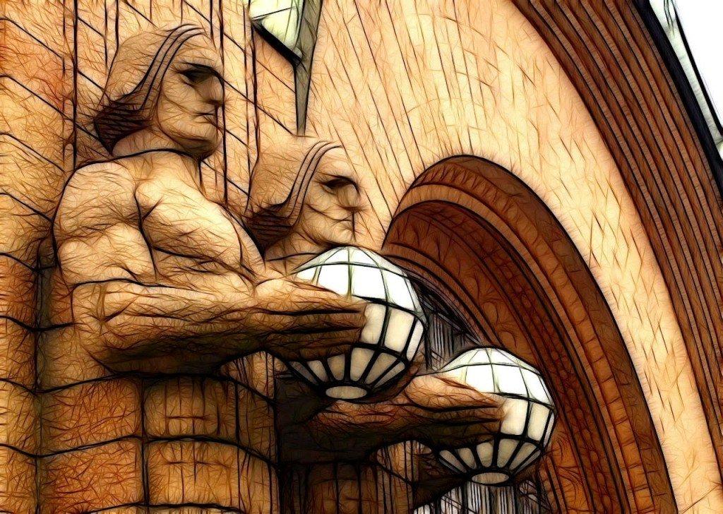 Imponentes estatuas en la entrada de la Estación Central de Helsinki