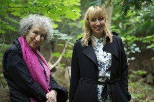 Margaret Atwood y Katie Paterson cerca de donde se plantarán los árboles. Foto de Bjørvika Utviklingay