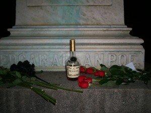 Coñac y rosas en la tumba de Poe, dejadas probablemente por un imitador