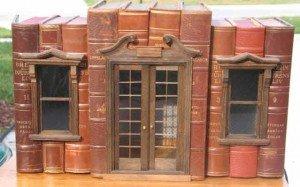 Uno de los dioramas libreros de Shannon Moore