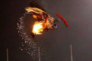Jimmy Blaze haciendo un mortal en moto de nieve conertido en una bola de fuego