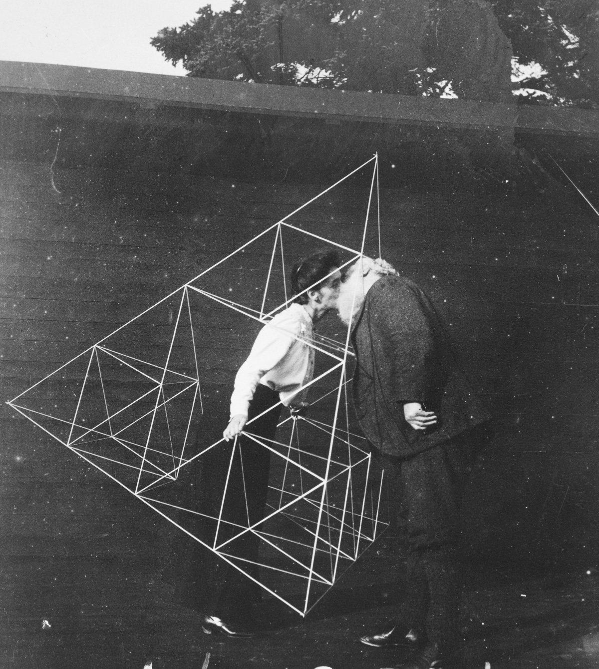 Alexander Graham Bell besa a su esposa Mabel Hubbard Gardiner dentro de una de las cometas - 16 de octubre de 1903