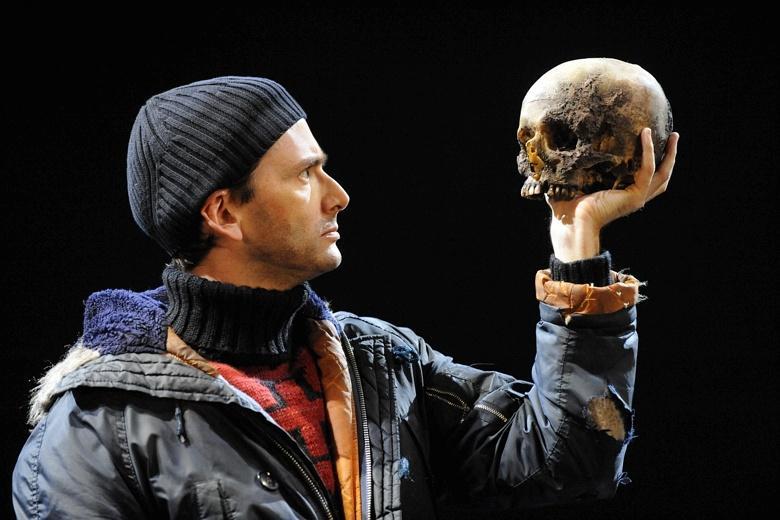 David Tennant usuando el cráneo del pianista André Tchaikowsky en Hamlet en 2008