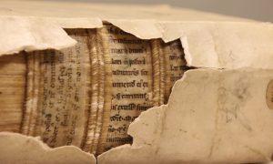 Fragmento de un manuscrito del siglo XII en encuadernación del siglo XVI (foto de Erik Kwakkel)