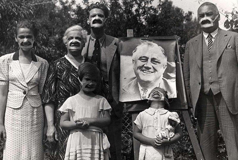 La familia que sonríe unida permanece unida