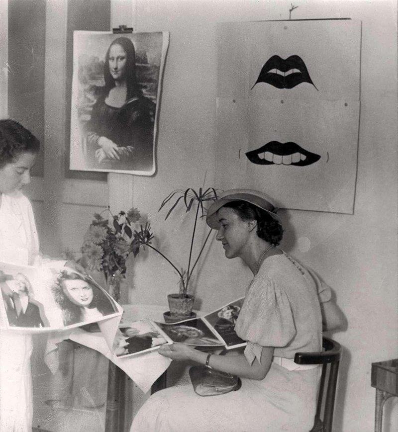 Paciente consultando el catálogo de sonrisas de famosas