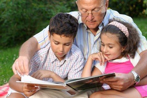 Abuelo-y-nietos-leyendo