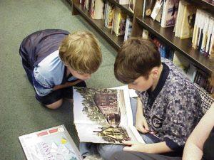 Niños leyendo en una biblioteca