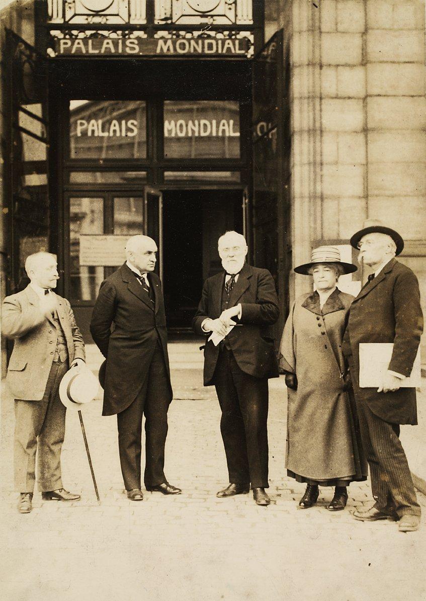 Paul Otlet, Henri La Fontaine y su mujer, Mathilde Lhoest, en las puertas del Mundaneum