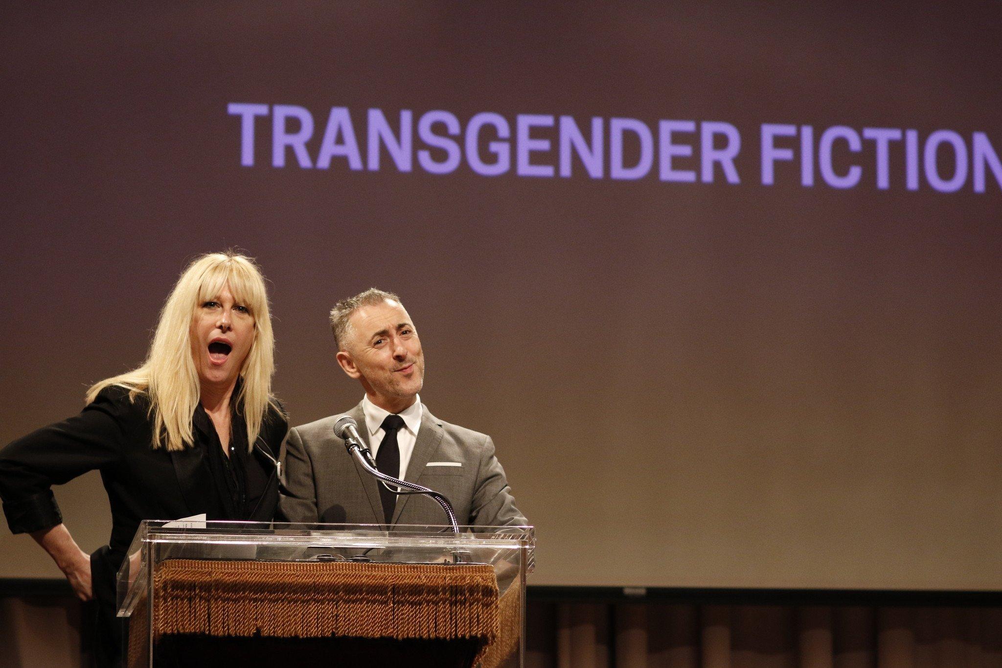 La cantante Justin Vivian y el actor Alan Cumming, anunciando el premio a mejor obra de ficción transgénero en la gala de los Lammys de 2015. Fuente: LATimes