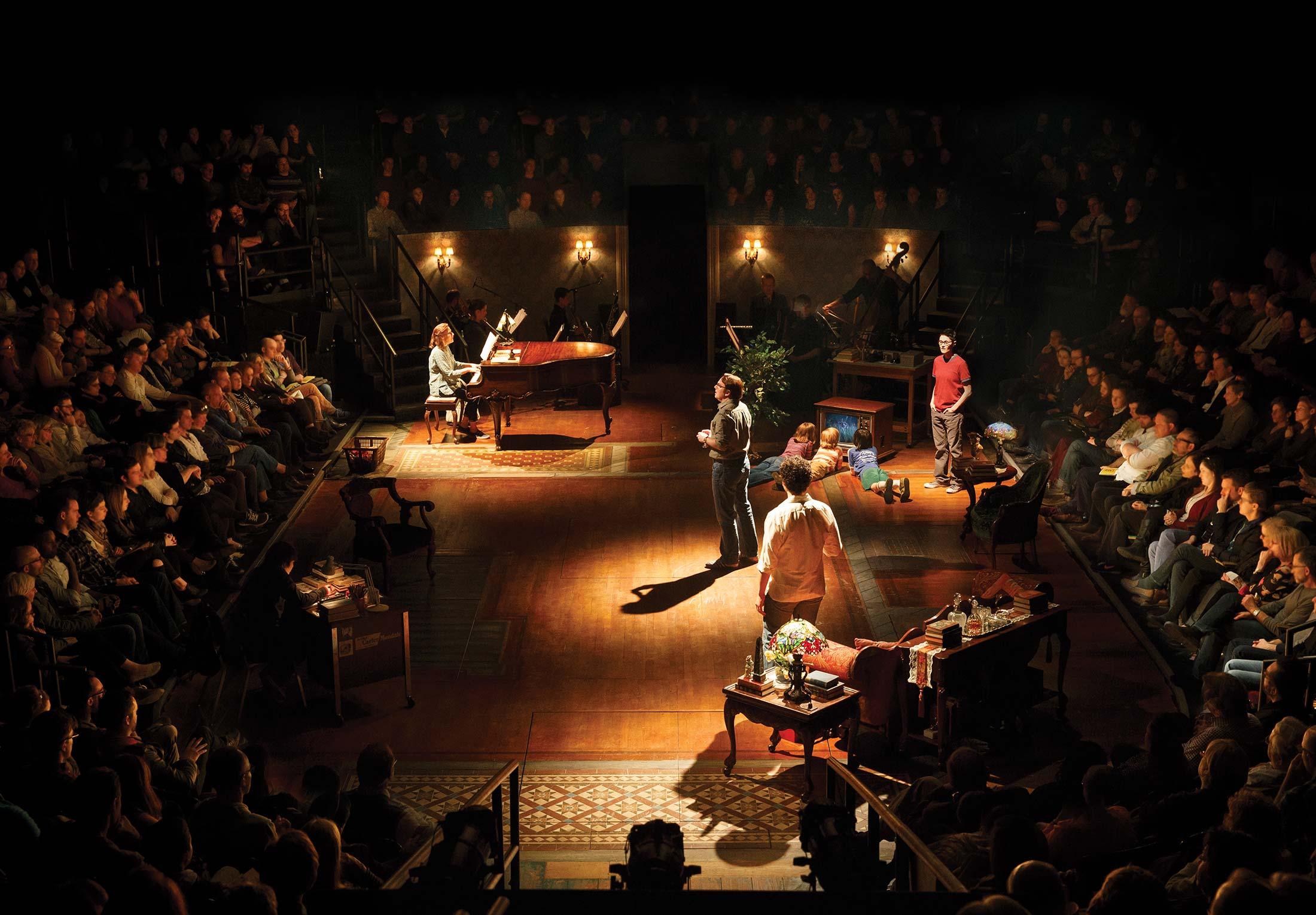 Momento del musical Fun Home, basado en la novela gráfica homónima de Alison Bechdel, ganadora del Lammy a Mejor memoria o biografía. uente: Fun Home Broadway.