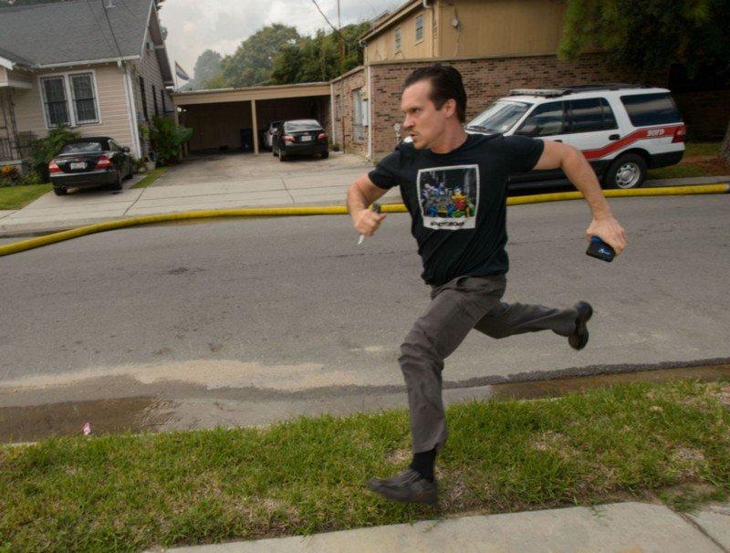 Gideon Hodge corriendo para salvar sus manuscritos. Fuente: New Orleans Advocate