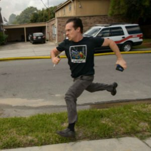 Gideon Hodge corriendo para salvar sus manuscritos