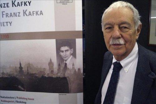 Eduardo Mendoza junto a Kafka
