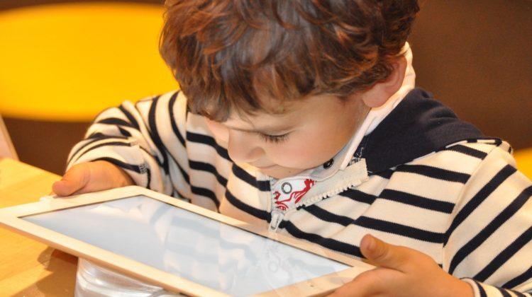 niño leyendo en tablet