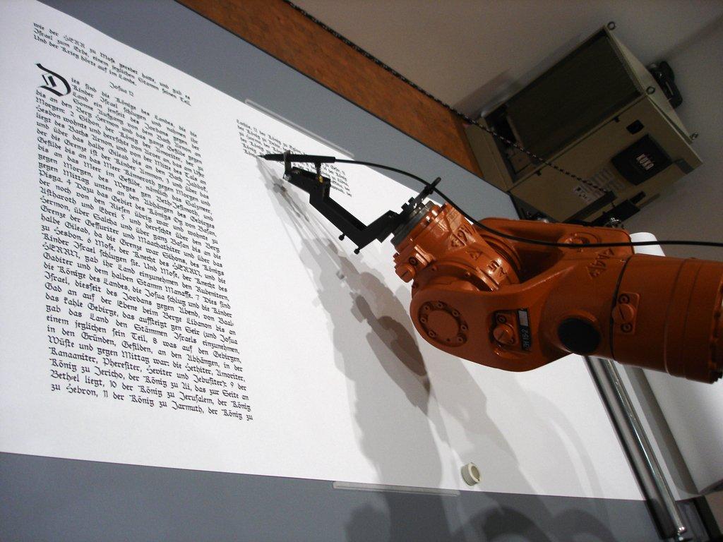 robot escribe libro infinito