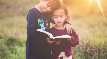 niñas pequeñas leyendo