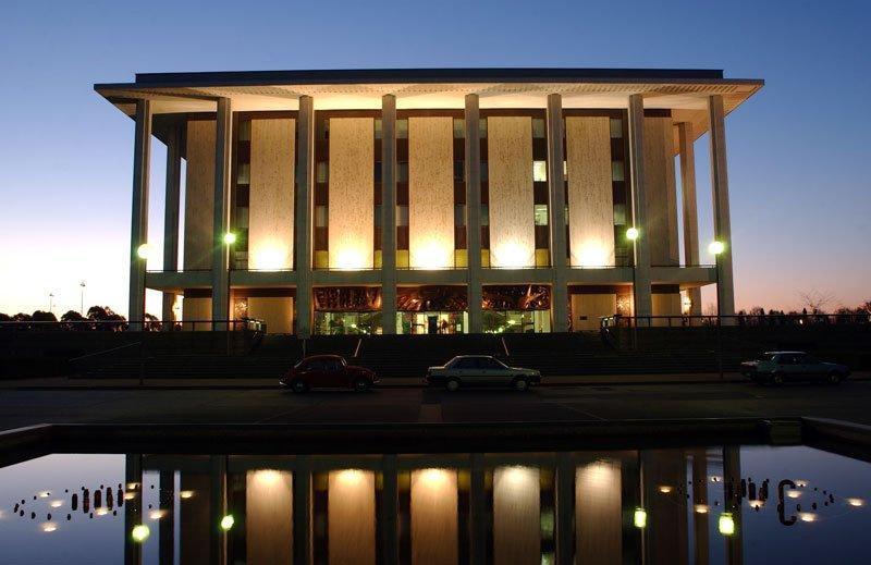 turismo-biblioteca-nacional-australia-noche