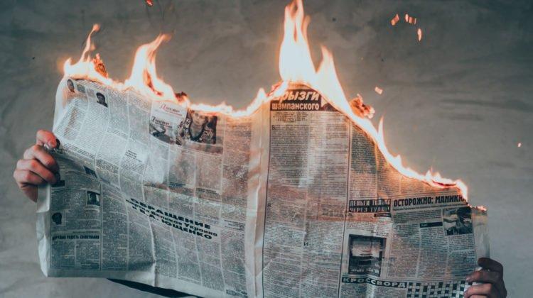 noticias falsas periodico ardiendo