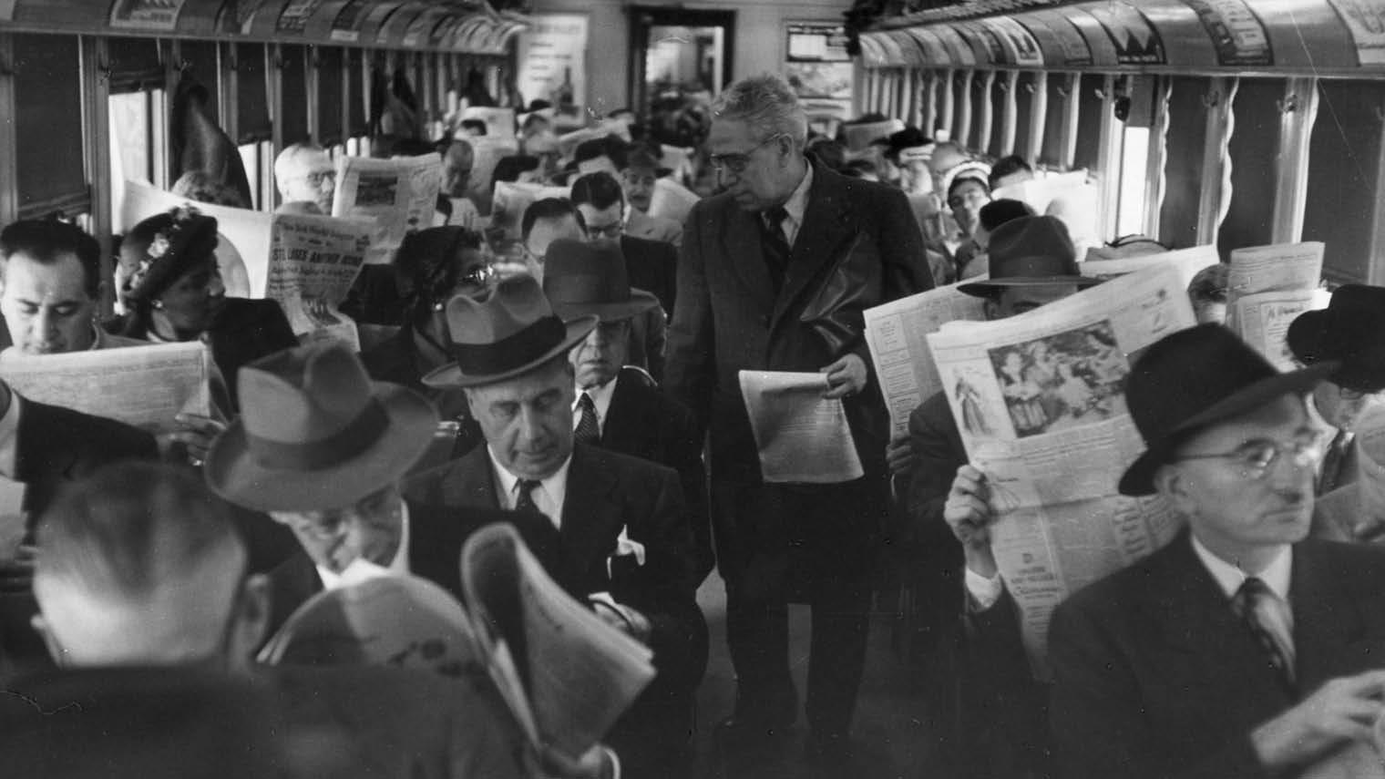 lectores leyendo en un tren aislamiento social