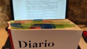 sobre el libro 'Diario de Wuhan' se observan decenas de postits de colores, con predominancia del verde y del azul