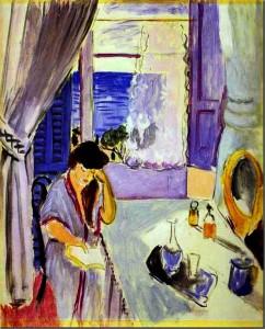 Mujer leyendo en el tocador