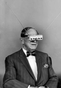 Hugo Gernsback posa con sus 'gafas-televisión' para la revista 'Life' en 1963