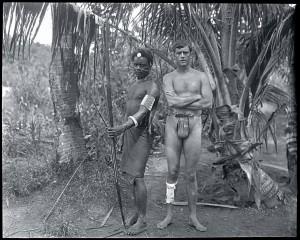 El aventurero y cineasta estadounidense Martin Johnson, uno de los miembros de la tripulación Snark, posa con un nativo de las Islas Salomón. Guadalcanal, 1908