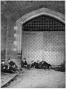 Indigentes durmiendo bajo el Puente de la Torre