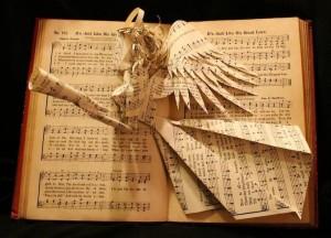 Un ángel sale de las páginas de un libro de himnos