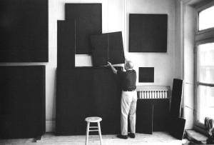 Ad Reinhardt en su estudio