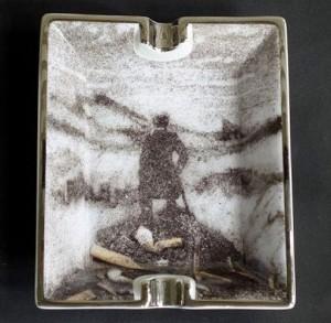 El caminante sobre el mar de nubes con colillas y en un cenicero